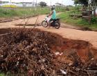 Moradores da rua Artur Bernad pedem providência para a secretaria de infraestrutura por conta de crateras em frente a suas casas