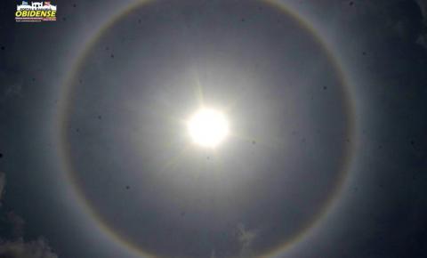 Arco-íris' ao redor do sol chama atenção no céu de Óbidos