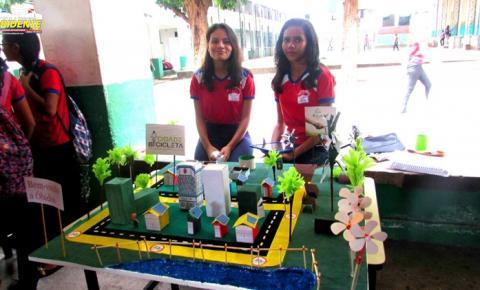 Alunos da escola Felipe Patroni realizaram experimento físicos, tecnologia e sustentabilidade na ária interna da Escola.