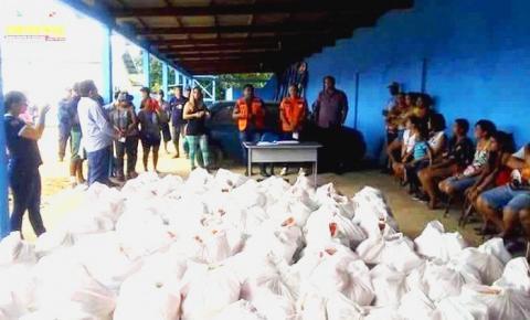 Moradores da cidade de Oriximiná, que foram afetados pelas fortes chuvas recebem cestas básicas.