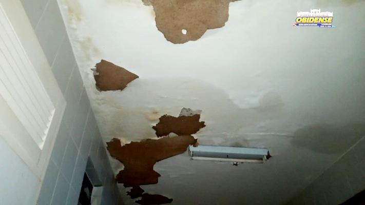 Sem manutenção teto com goteira no hospital