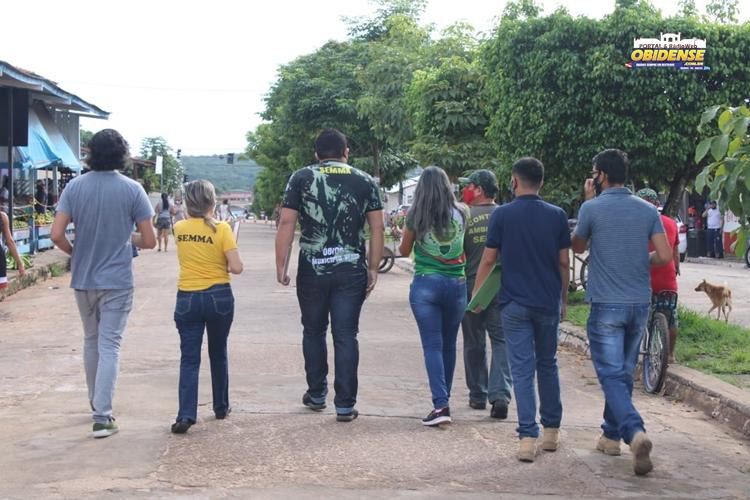 Equipe orienta e adesiva condutores nas ruas de Óbidos