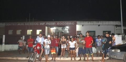 Pais dormem em fila para garantir matrícula de filhos em escolas da rede Municipal, em Óbidos no Pará.