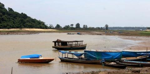 Vazante das águas, seca e forte calor, uma visão do lago Pauxis que aos poucos vai perdendo força e morrendo lentamente.