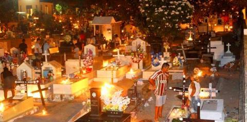 Obidenses lotam cemitério São João Batista para homenagear seus entes queridos