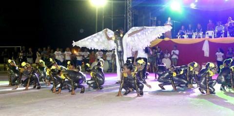1ª noite de apresentações da ginástica escolar reuni varias pessoas na praça da cultura.