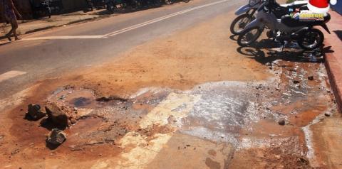 Encanação quebrada, buraco na rua e desperdiço de água próximo a escola Dom Floriano | Portal Obidense