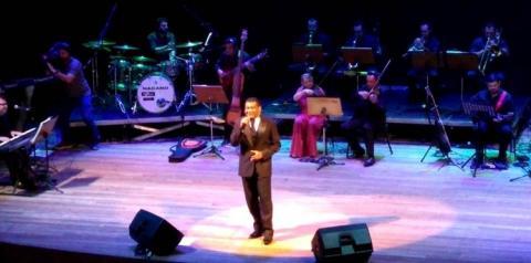 Edilson Santana canta e encanta em espetáculo no Teatro Amazonas   Portal Obidense