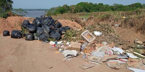 Lixo continua sendo despejado na Juracy Matos em frente à AABB em Óbidos | Portal Obidense
