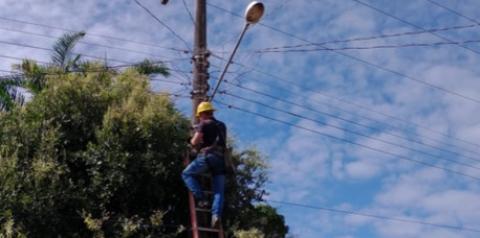 Seurb realiza troca de lâmpadas dos postes da Trav. Felipe Bentes   Portal Obidense