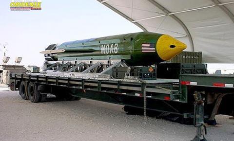 EUA lançam 'mãe de todas as bombas' em esconderijo do EI no Afeganistão, nesta tarde de quinta-feira (13)