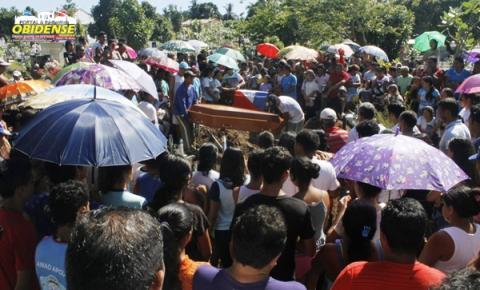 Comovidos, obidenses acompanharam e prestam as últimas homenagens as duas crianças vítima de raio em Óbidos.