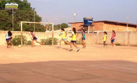 """Time de futsal feminino da categoria """"B"""", da Escola Professor Manoel Valente do Couto, treina para os jogos Escolares."""