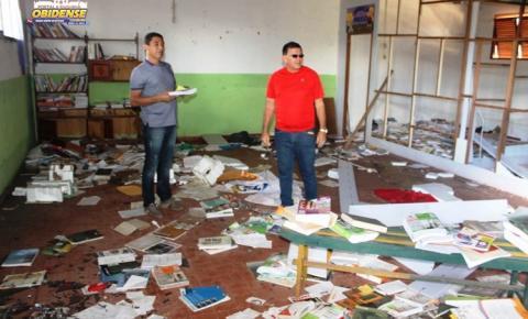Escola em Óbidos está abandonada e sendo depredada por vândalos. Um grande acervo de livros didáticos está sendo joga ao lixo.