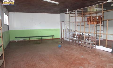 Após denúncia, prédio, onde antes funcionava a escola Felipe Patroni, passa por reparos dos danos causados por vândalos.