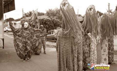 Dos primeiros habitantes das aldeias Pauxis, o maior carnaval de rua do oeste paraense leva sua denominação.
