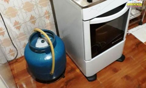 Bombeiros civis combatem vazamento de gás de cozinha