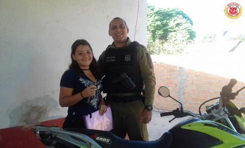 Em Curuá, polícia recuperação veículo roubado e devolve a proprietária.