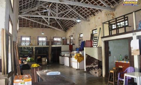 Mercado municipal de Óbidos em péssimo estado de conservação. Ainda com algumas atividades de comercio