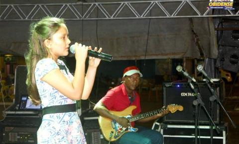 Pequenos cantores defendem suas escolas na primeira noite do Festival de Música das Escolas do Município de Óbidos.