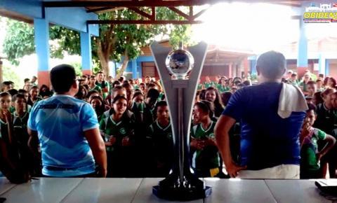 Alunos da Escola Municipal Dr. Raymundo Chaves fazem uma linda homenagem a Seleção Obidense pela conquista do tricampeonato