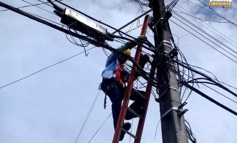 Prefeitura realiza reparos para melhorar iluminação pública da cidade.