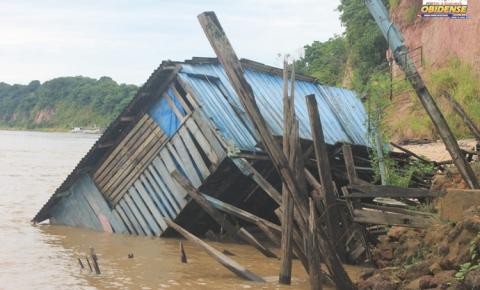 Chuva causa desabamento de casa, tipo palafita situada em área de risco na cidade de Óbidos.
