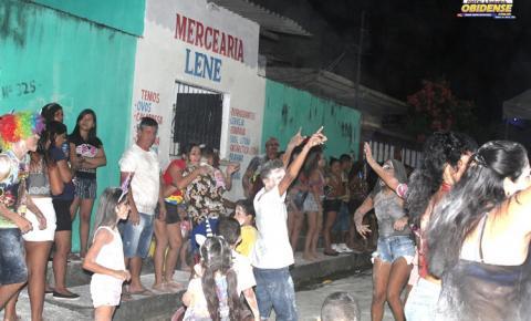 Joyce Reis, Dinho Rabelo e Fran Farias animaram os foliões do Bloco Amigos da Onça na noite do sábado (16)