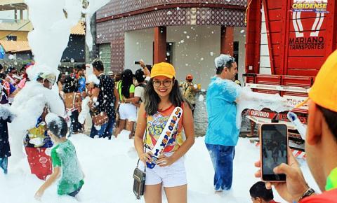 Bloco Xupa Osso mantem o banho de espuma onde as crianças fazem a festa na praça de Santana.