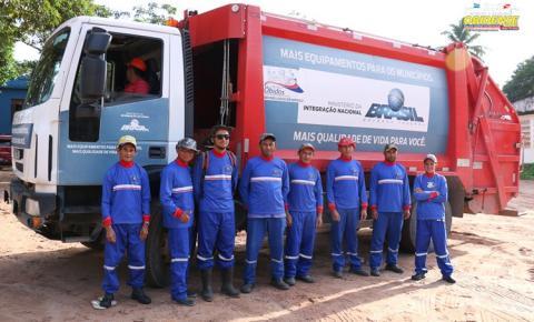 Prefeitura de Óbidos distribui uniformes aos trabalhadores da Seurbi da área de limpeza urbana.