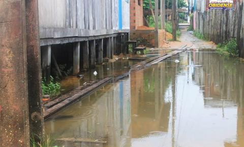 Em Óbidos, beco Pauxis submerso e sem ponte de acesso