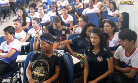 Alunos da Escola Estadual São José recebem palestra sobre a prova do ENEM em Óbidos