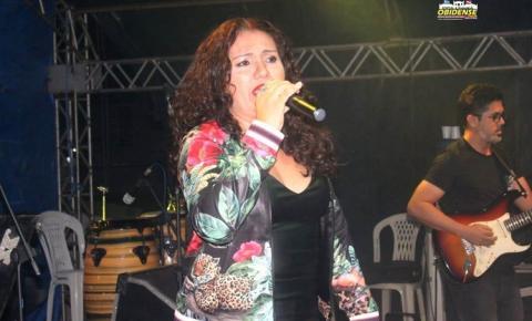 Cantora Cristina Caetano fez show no palco de apresentações da Festividade de Sant'Ana, em Óbidos