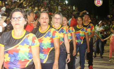 No segundo dia de desfile, espectadores lotaram a Praça da Cultura | Portal Obidense