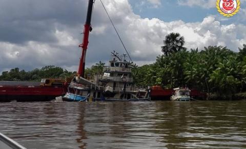 Empurrador naufragado é retirado do fundo do Rio Moju | Portal Obidense