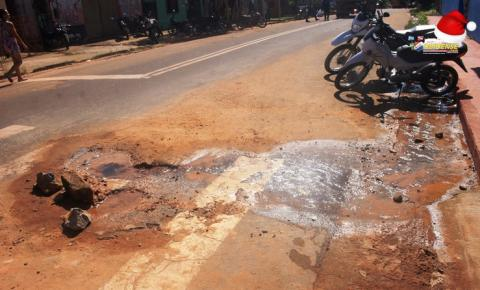 Encanação quebrada, buraco na rua e desperdiço de água próximo a escola Dom Floriano   Portal Obidense