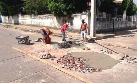 Tá ficando feio - Moradores se unem na tarde de sábado (07), para tapar buraco aberto pela COSANPA   Portal Obidense