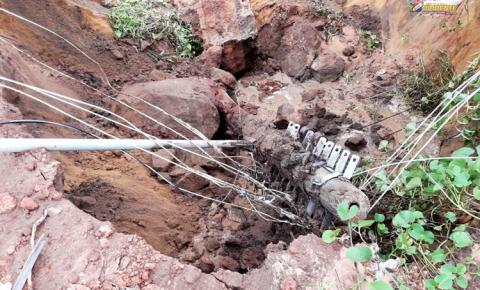 Buraco da Juraci Matos, cresce, engole poste, e avança em direção a AABB | Portal Obidense