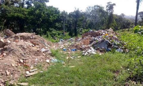 Terreno da COSANPA em Óbidos, abandonado acumula lixo e mato | Portal Obidense