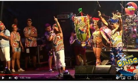 Assista ao vídeo do momento onde o Bloco Xupa Osso, através do cantor Xande Alves faz homenagem a professora Cléo | Portal Obidense