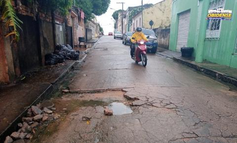 Buraco em rua completa ano e moradores cobram providencias | Porta Obidense