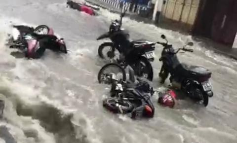 Motos são levadas por enxurrada durante chuva em Oriximiná | Portal Obidense