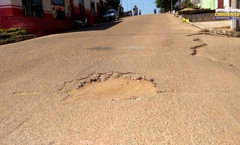 Mini cratera na rua Antônio Brito de Souza preocupa condutores de veículos em Óbidos | Portal Obidense