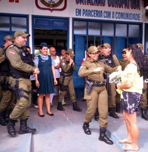Sargento da PM é homenageada após resgatar vítimas de naufrágio