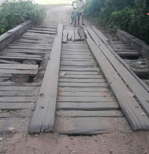 Ponte na comunidade do Andirobal em Óbidos é motivo de reclamações por parte de moradores.