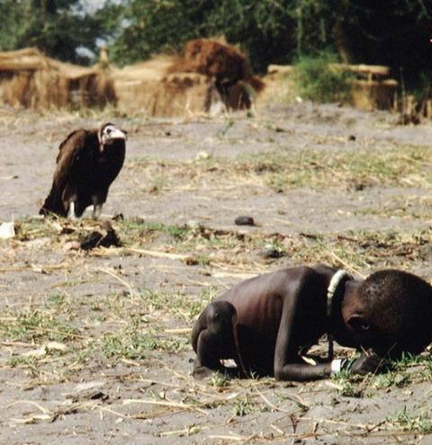 A crise de consciência depois do registro histórico de uma foto premiada pelo Pulitzer de Fotografia Especial e a morte.