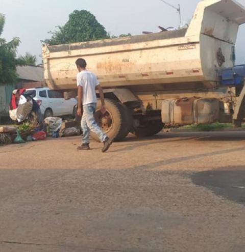 Moradores interditam rua com sacos de lixo doméstico que há 15 dias não são coletados | Portal Obidense
