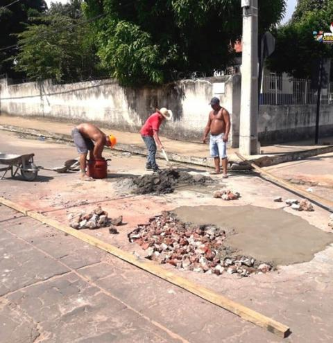 Tá ficando feio - Moradores se unem na tarde de sábado (07), para tapar buraco aberto pela COSANPA | Portal Obidense