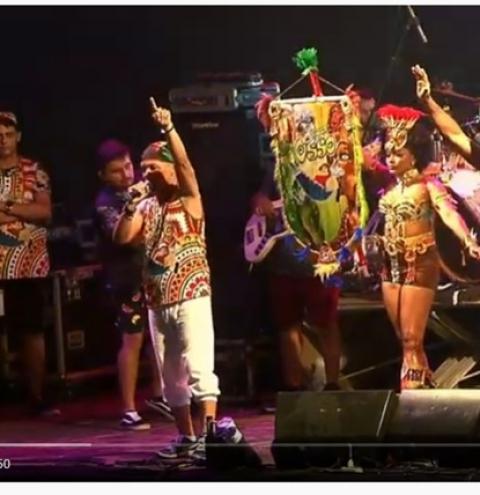 Assista ao vídeo do momento onde o Bloco Xupa Osso, através do cantor Xande Alves faz homenagem a professora Cléo   Portal Obidense